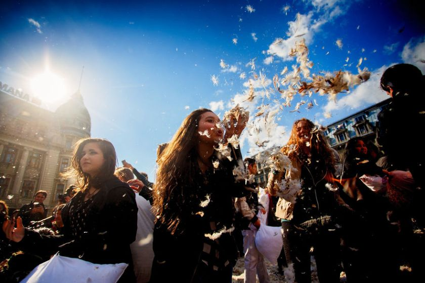 pillow-fight-documentary-photography_030__880