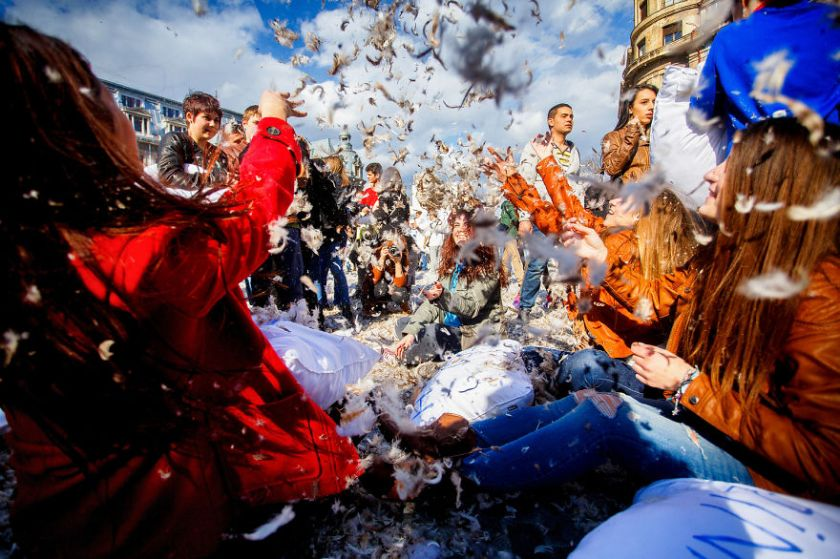 pillow-fight-documentary-photography_034__880